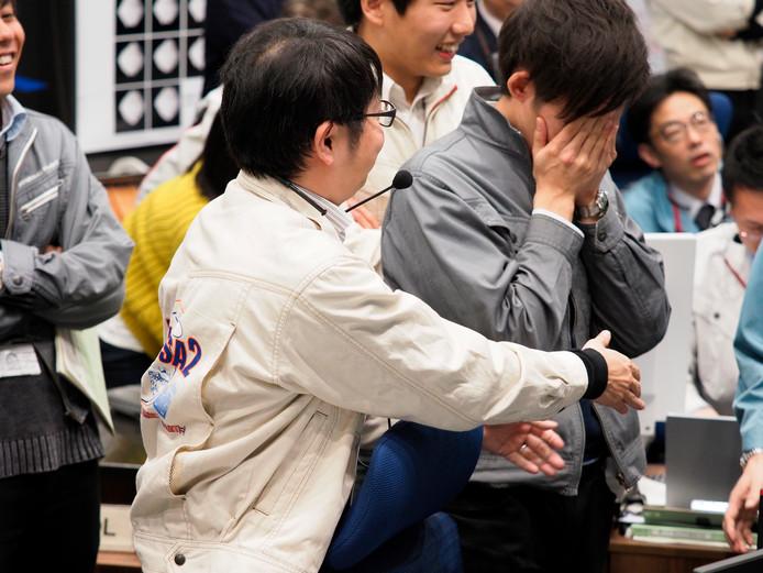 Medewerkers van het Hayabusa2-project reageren geëmotioneerd als duidelijk wordt dat de sonde geland is op de asteroïde Ryugu.