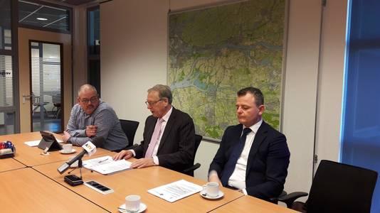 De leden van de commissie huisvesting van de gemeente Altena: vlnr wethouder Wijnand van der Hoeven, burgemeester Yves de Boer en wethouder Renze Bergsma.