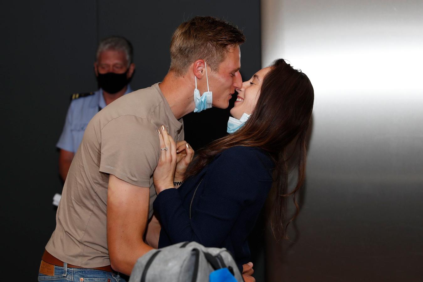 Een kus van vriend en voetballer Siemen Voet, een knuffel van mama en papa: dat is pas thuiskomen, ook al ben je olympisch turnkampioene.