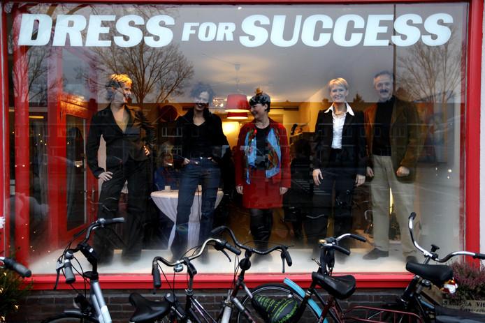 Een modeshow opent de gratis winkel Dress for Succes. De 'mannequins' showen hun outfit in de etalage van de nieuwe winkel.