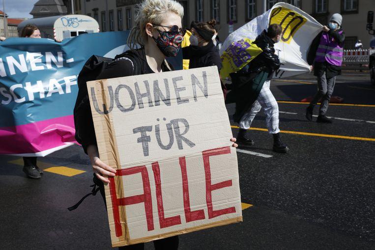 Een groep demonstranten pleit voor betaalbare woningen in Berlijn.  Beeld Getty Images
