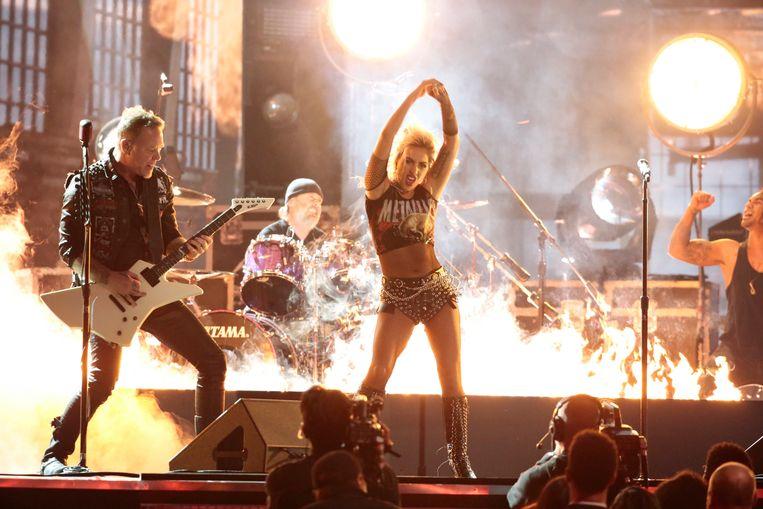 Lady Gaga treedt samen met Metallica op tijdens de uitreiking van de 59ste Grammy's. Beeld Photo News