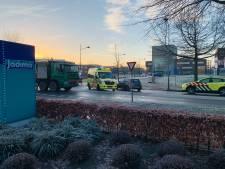Fietser gewond na aanrijding met vrachtwagen in Ede, traumahelikopter opgeroepen