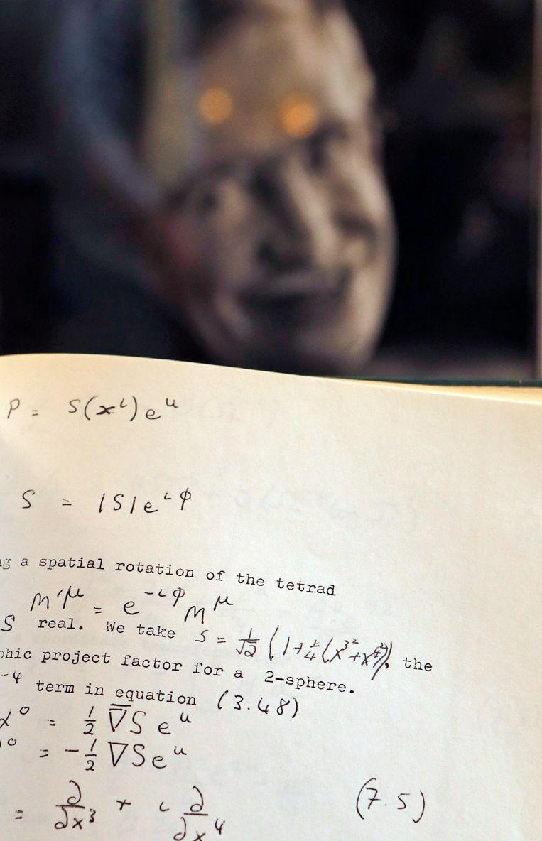 Een met de hand gecorrigeerd en bewerkt manuscript van Stephen Hawking gaat in Londen onder de hamer.