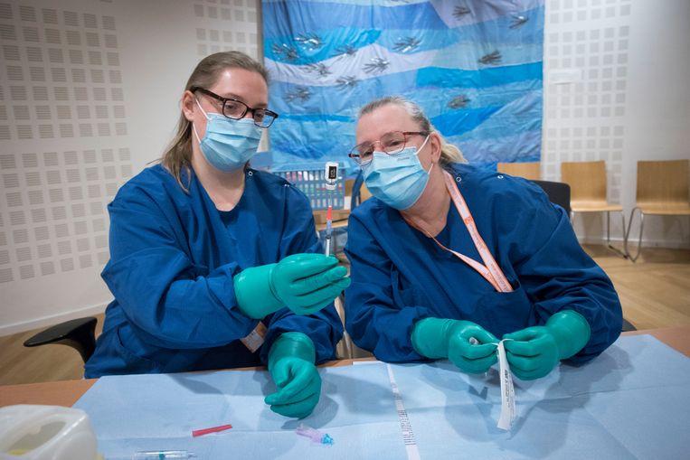 Het Maasstad Ziekenhuis is gestart met de vaccinatie van de verpleegkundigen van de ic-afdeling met het coronavaccin. Beeld Arie Kievit / de Volkskrant