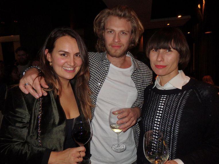 Schrijver Demelza Janmaat, Jordy Valentine (dj Cleavage) en Susan Gloudemans (Filmfestival Rotterdam): 'In La Rive maken ze truffels klaar als een gehaktballetje!' Beeld Schuim