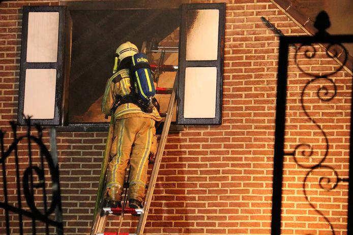 De vlammen sloegen na de blikseminslag al snel door het dak.