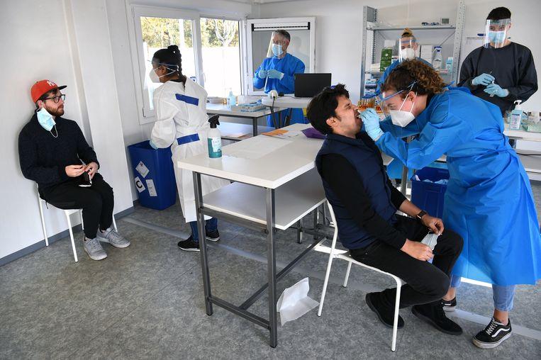 Mensen worden getest op het coronavirus bij de GGD Brabant-Zuidoost. Beeld Marcel van den Bergh / de Volkskrant