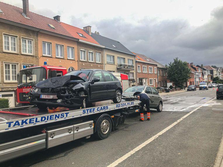 Beide wagens werden getakeld.