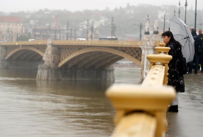Een vrouw kijkt naar over de Donau op de plek waar de rondvaartboot verongelukte. (AP Photo/Laszlo Balogh)