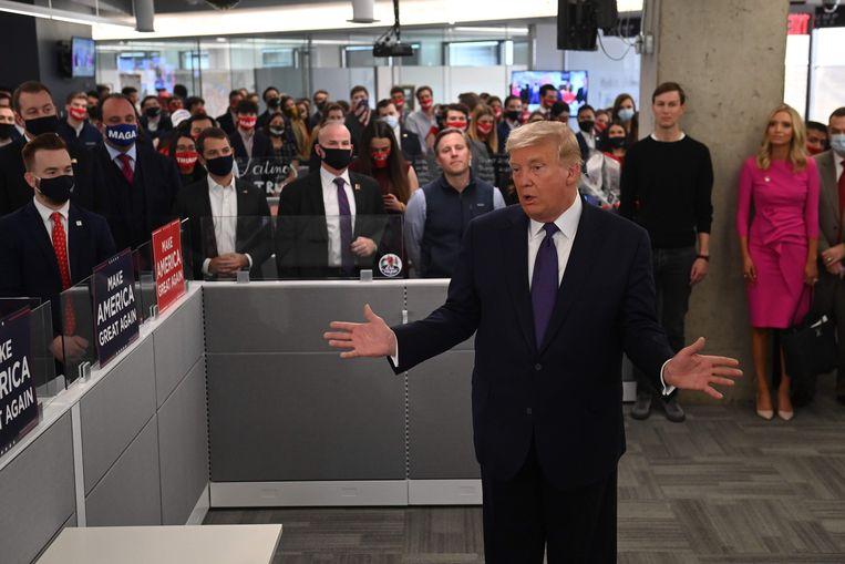 Donald Trump in zijn campagne hoofdkantoor in Arlington, Virginia.  Beeld AFP