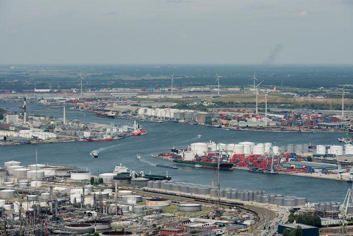 De Antwerpse haven met zijn dokken en sluizen kent voor schipper Pierre weinig geheimen.