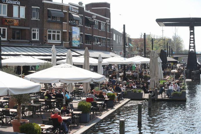 De terrassen op het Havenplein in Helmond lopen deze zonnige woensdagmiddag al aardig vol.