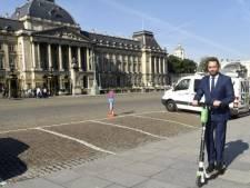 """Maxime Prévot sort en trottinette électrique du Palais: """"Il ne faut jamais rouler sur les trottoirs"""""""