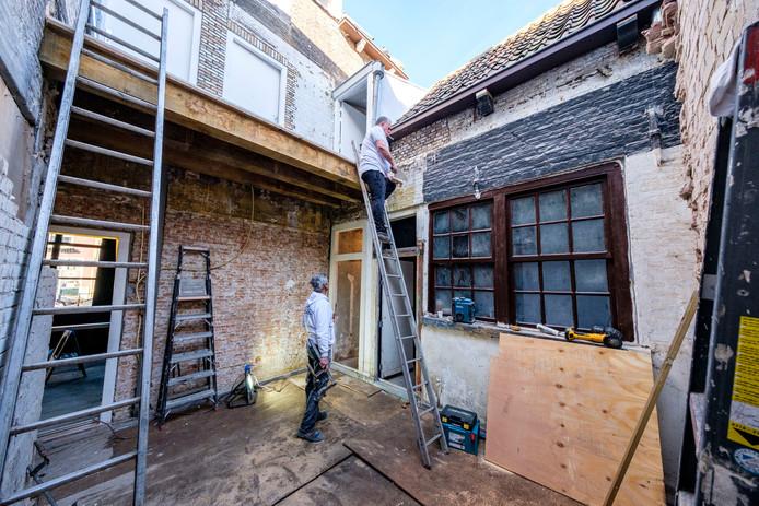 Medewerkers van 't Huis B.V., het vastgoedbedrijf van het Schiedamse echtpaar, werken hard aan de afbouw.