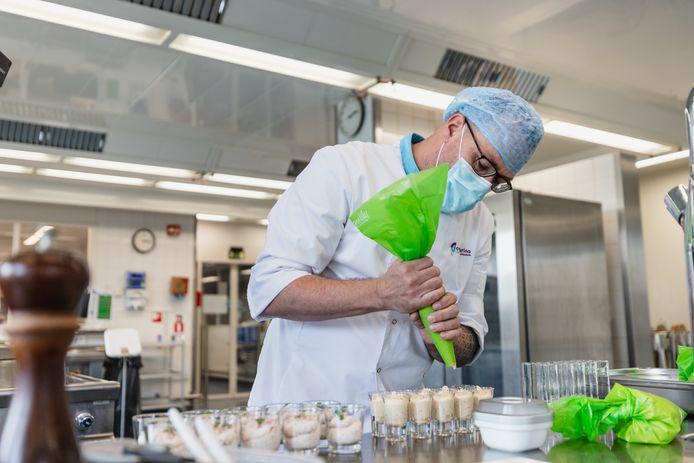 Een kok bereidt een speciaal menu voor patiënten met slokdarmkanker in het Catharina Ziekenhuis.