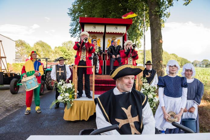 Aftredend koning Dennis Elbersen en dito koningin Robena Grijsen, lid van de vriendengroep Noariks Geweld,  waren zaterdagavond te zien in de optocht door Noordijk.