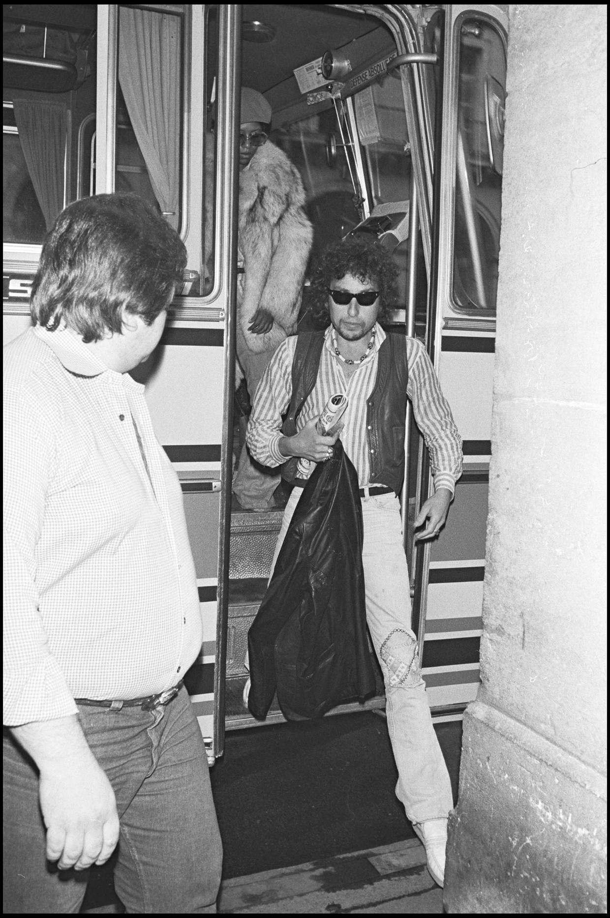 Bob Dylan komt in 1978 aan bij het Pavillon de Paris, voorafgaand aan een concert. Beeld Getty