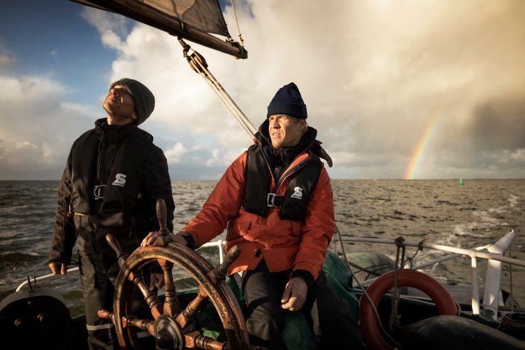 Schipper Dennis Stroombergen (met oranje jas) aan boord van de Lichtstraal. Beeld Harmen de Jong