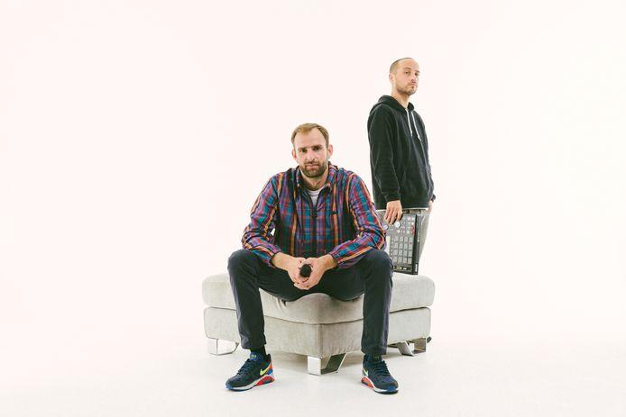 L'artiste de Charleroi, Mochélan (assis) et le producteur de Bruxelles, Oldjazz (debout)