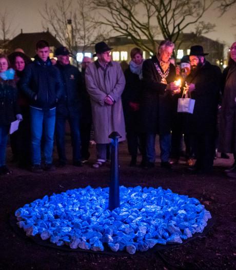 Tijdelijk Holocaust-monument in Eindhoven onthuld:  de rabbijn steekt de kaarsjes aan