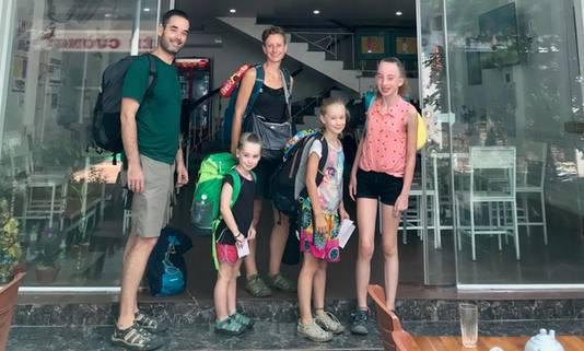 Kiki en haar gezin in 2019: 'Met z'n vijven voor ons hostel van 18 euro per nacht, met al onze bagage voor vier weken Vietnam'