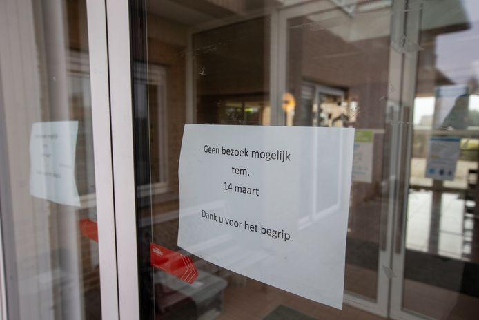 In een woonzorgcentrum in Anzegem is er even geen bezoek meer mogelijk, vanwege een corona-uitbraak. Doordat de vaccinatiegraad er hoog ligt, zijn er weinig bewoners of personeelsleden die zich ziek voelen.