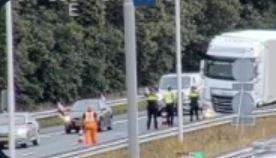 Vrachtwagen tegen de middengeleider op de A1 bij Apeldoorn.