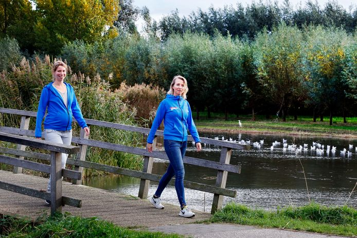 Lotte Blok (links) en Sanneke Crok wandelen in woonwijk De Donken. Gorinchem heeft heel wat wandelpaden.