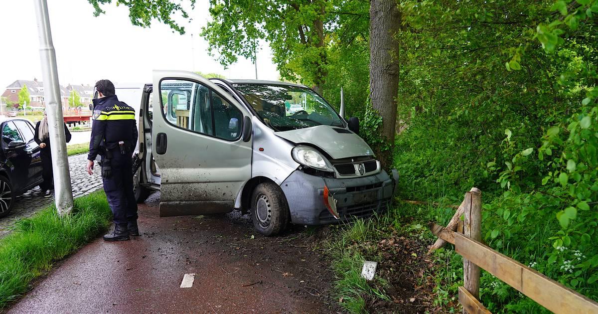 Bestuurder gewond na botsing tegen lantaarnpaal en hek in Tilburg.
