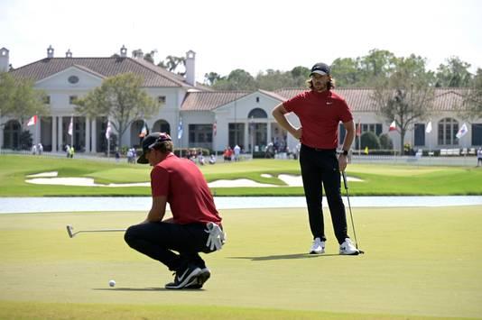 Topgolfers Tommy Fleetwood (rechts) en Cameron Champ in een rood Tiger-shirt.