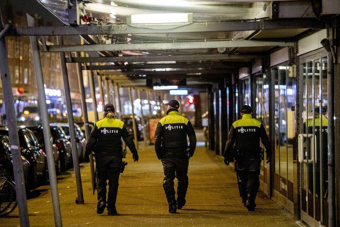 Politie op straat in Rotterdam-Zuid. Sinds het invoeren van de avondklok was het er 's avonds onrustig.