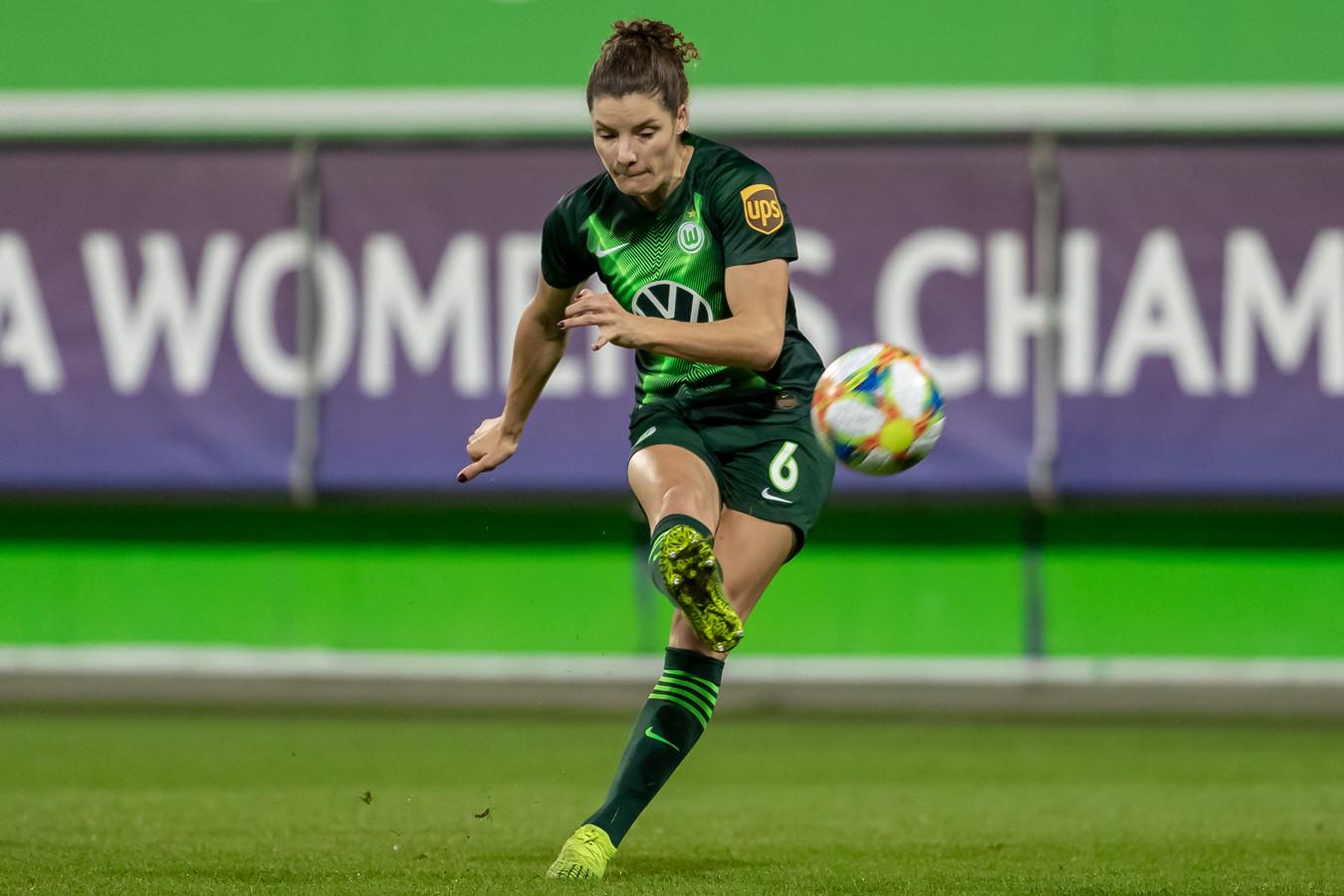 Dominique Bloodworth staat met VfL Wolfsburg bovenaan in Duitsland.