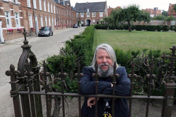 Bart Buls op het Begijnhof. In een van de huizen op de achtergrond woonde zijn grootvader vroeger.