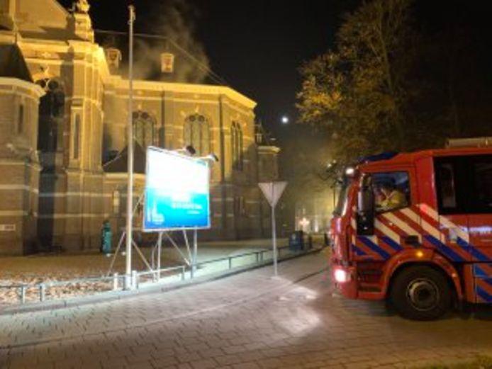 De gealarmeerde brandweer kon al snel weer retour: de rook boven de Grote Kerk in Apeldoorn  bleek loos alarm