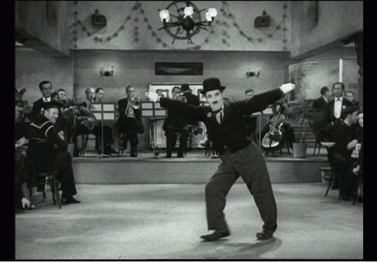 Charlie Chaplin danst in 'Modern Times'', 1936. Beeld Roy Export S.A.S.