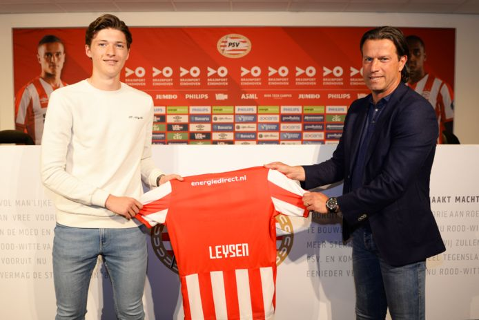 Fedde Leysen bij het ondertekenen van zijn eerste profcontract bij PSV.