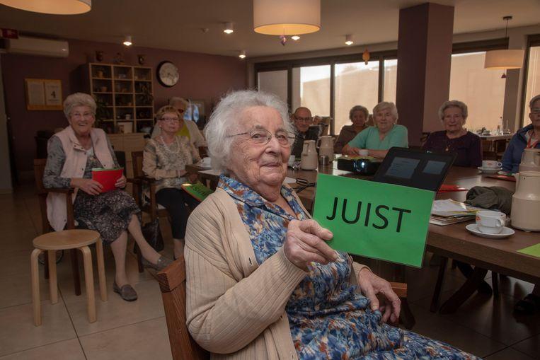 Irene Van den Broecke (98) is de oudste kiezer in WZC Armonea in Wetteren Overbeke.