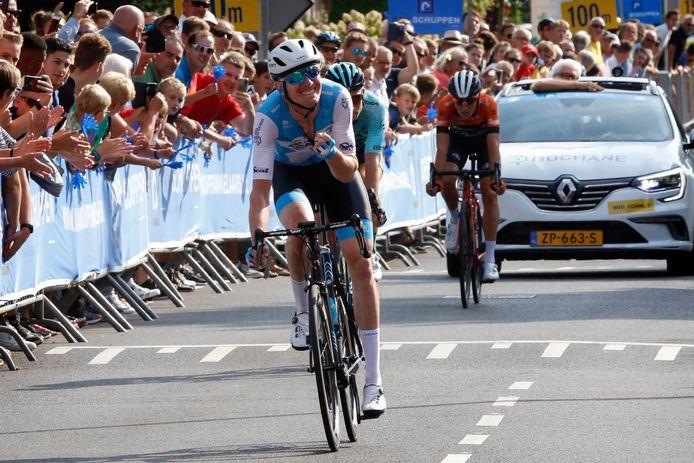 Zak Dempster wint Veenendaal-Veenendaal Classic, voor de nog net zichtbare Martijn Budding.