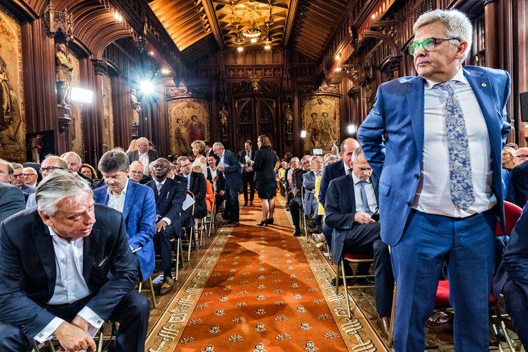 Kris Van Dijck (r.) tijdens de 11 juli-viering op het Brusselse stadhuis.Zijn speech had de bekroning van zijn politieke carrière moeten worden.Het draaide anders uit. Beeld Tim Dirven