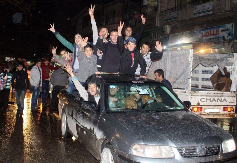 Regimegetrouwen vieren de herovering van Aleppo. Beeld EPA