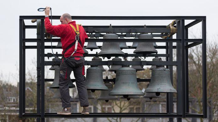 Een aannemer haalt het carillon van het dak van het oude gemeentehuis aan het Raadhuisplein.