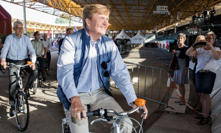 Nu in Drenthe: Willem-Alexander op de fiets