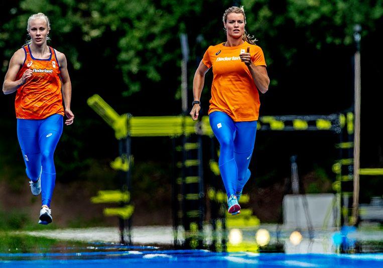 Training nederlandse atletiekploeg voor WK in Doha;Dafne Schippers  traint op Papendal. Links Marije van HunenstijnFoto ; Pim Ras Beeld Pim Ras Fotografie