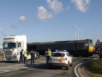 Vrachtwagen gegrepen door goederentrein op overweg Ketenislaan