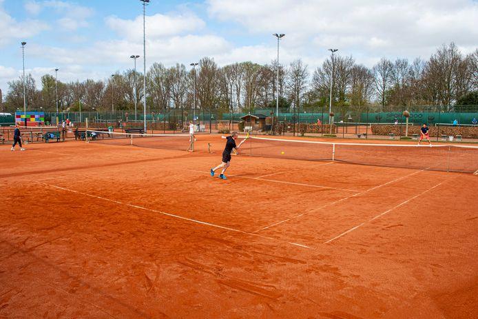 Tennissen bij Lockhorst in Leusden. Volgens voorzitter Paul Lomans zijn mensen zich er nog bewuster van geworden 'dat ze hun cluppie moeten koesteren'.