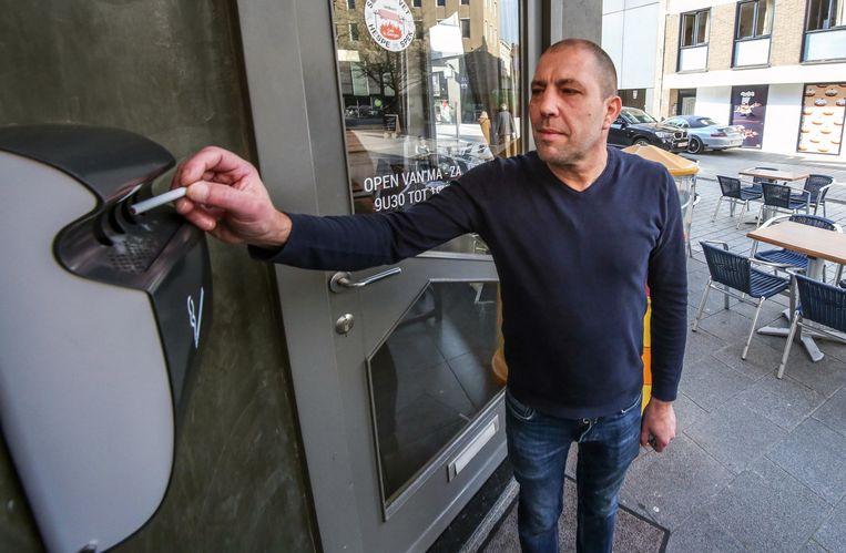 Ook aan de deur van het café hangt een wandasbak.