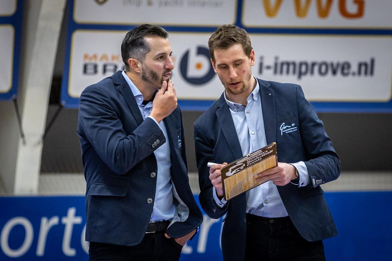 Overleg tussen coach Matthew Otten en assistent-coach Vincent van Sliedregt van Yoast United; de laatste moest de klus in Limburg afmaken nadat de eerste werd weggestuurd. .