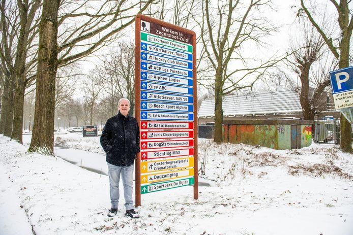 Raadslid André de Jeu (Nieuw Elan) op de plek die volgens hem geschikt zou zijn voor een 'Alphens Ziggo Dome', bij jongerencentrum Max (rechts).