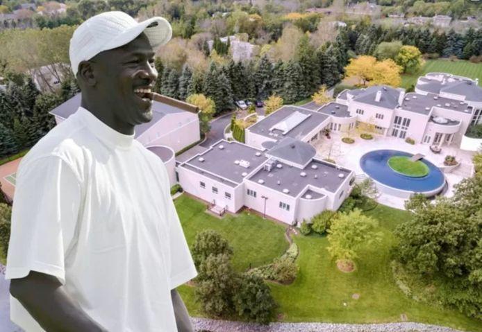 Michael Jordan voor z'n gigantische villa.